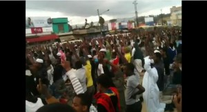 A silent protest held on July 27th at the Grand Anwar Mosque in Addis Ababa. Photo: youtube user Sefir Islam.