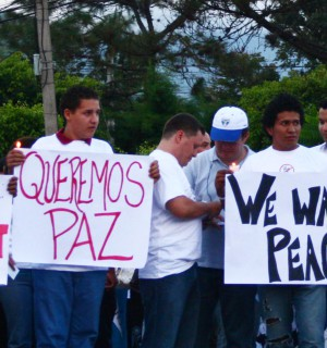 Protesters during Honduras's 2009 coup. Image via: Wikimedia Commons.